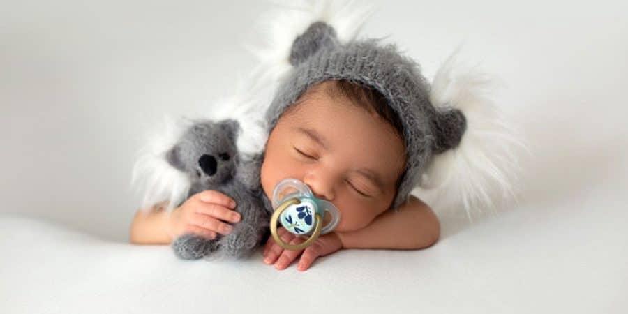 nouveau né bébé avec tétine dans sa bouche
