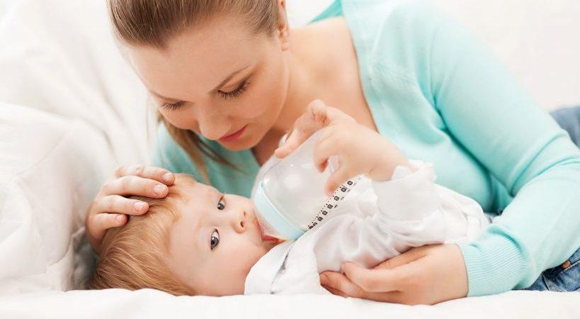 maman qui donne le biberon à son bébé